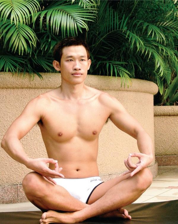 Bài tập yoga đơn giản cho quý ông lấy lại phong độ