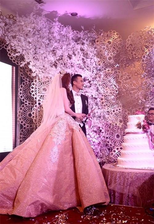 Cùng ngắm các bộ váy cưới tuyệt đẹp của thúy diễm