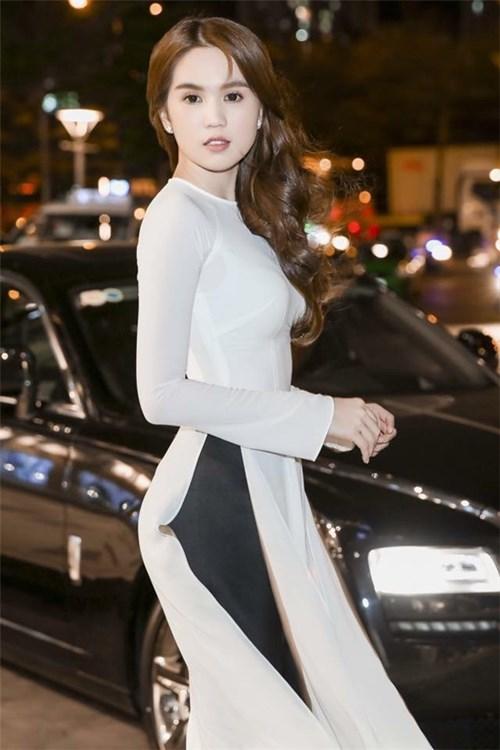 Diện trang phục trắng đẹp như ngọc trinh