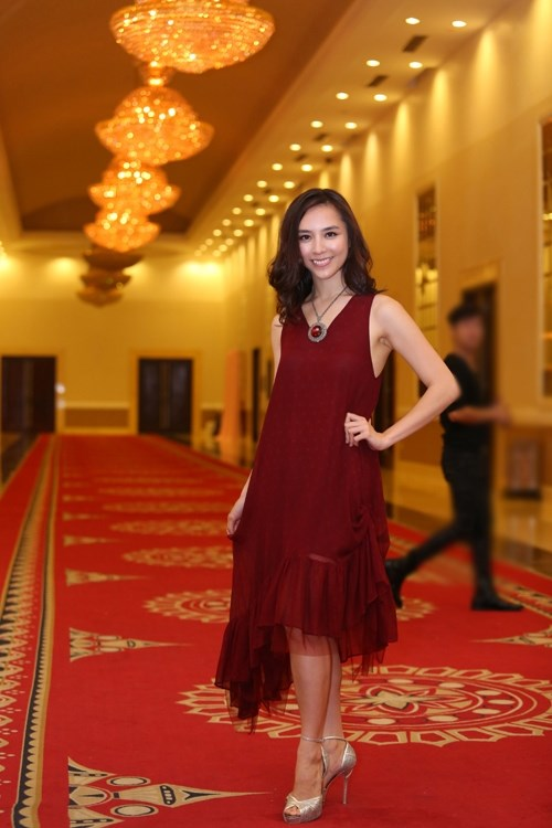 Ngắm mĩ nhân việt đọ sắc khi mặc váy áo chung một tông màu đỏ