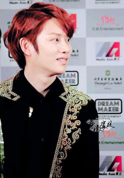 Tóc nhuộm màu tím đỏ phù hợp với chàng có nước da sáng