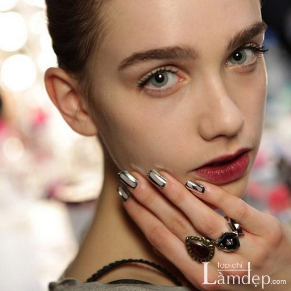 Mẫu nail màu metallic đẹp lạ cuốn hút giới trẻ 2017