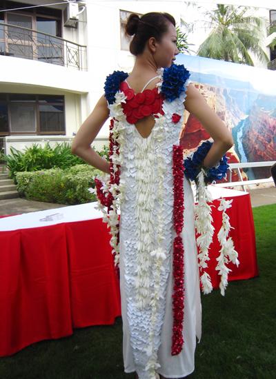 Ngắm người đẹp hoa hậu các dân tộc diện váy kết từ hoa tươi