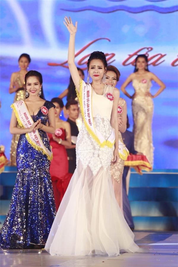 Ngắm váy áo trong khoảnh khắc đăng quang của hoa hậu việt