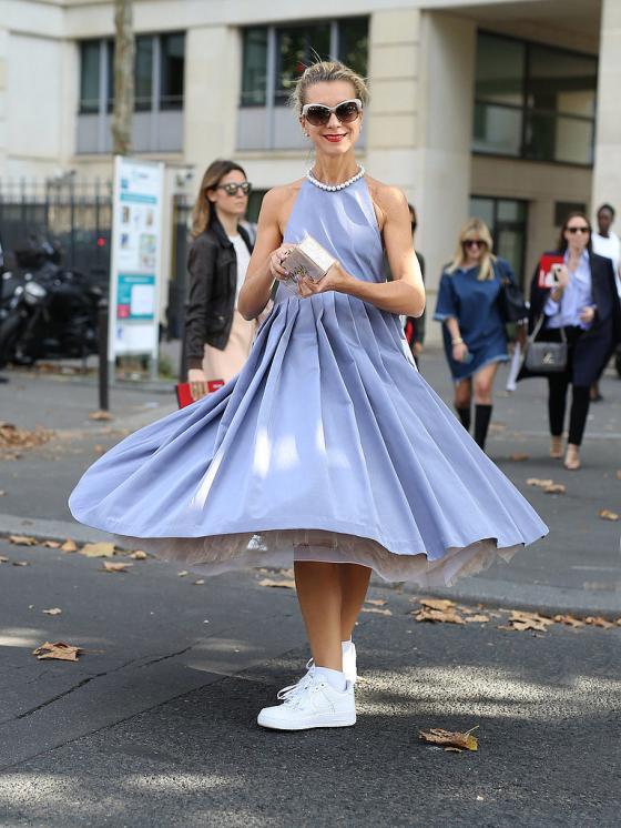 Set váy đầm đẹp mix với giày thể thao cho nàng công sở thêm cá tính