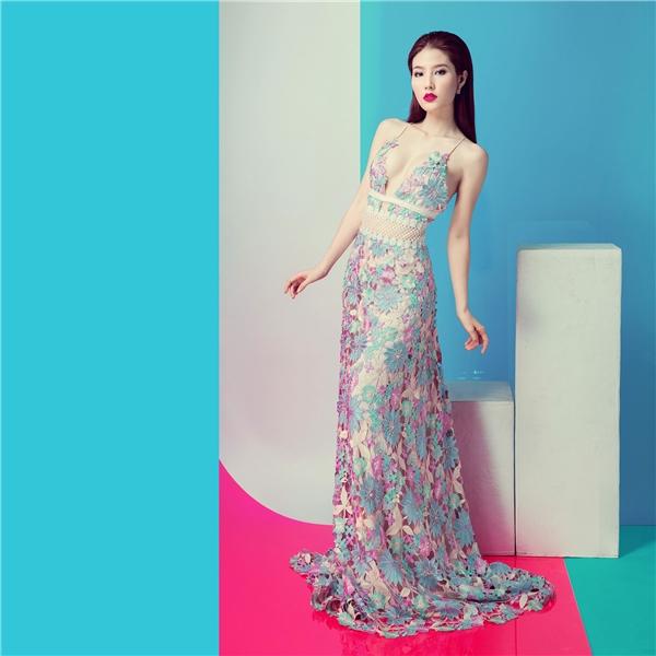Váy ren xẻ sâu táo bạo nóng bỏng của diễm my