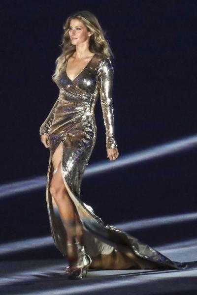 Kendall jenner diện mốt khoe nội y với quần rách