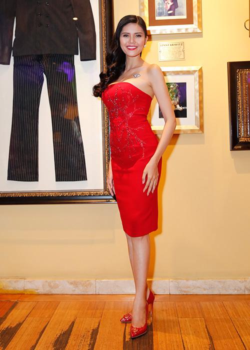 Á hậu kim nguyên diện đầm đỏ cuốn hút khi xuất hiện