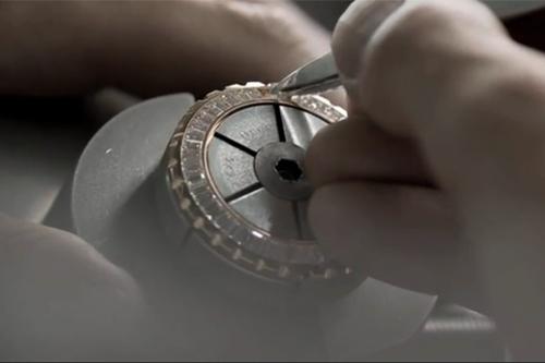 Đồng hồ gắn mác gốm sứ có giá hàng tỷ đồng vì sao