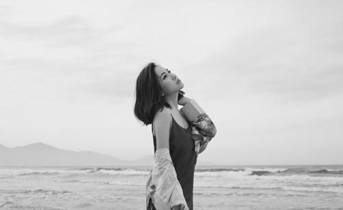 Học trâm nguyễn phong cách đơn sắc gợi cảm
