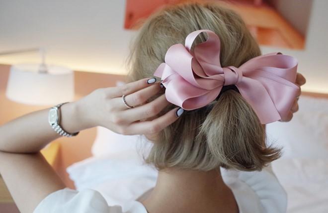 Kẹp mái tóc đẹp với băng đô cho bạn gái tung tăng dạo phố
