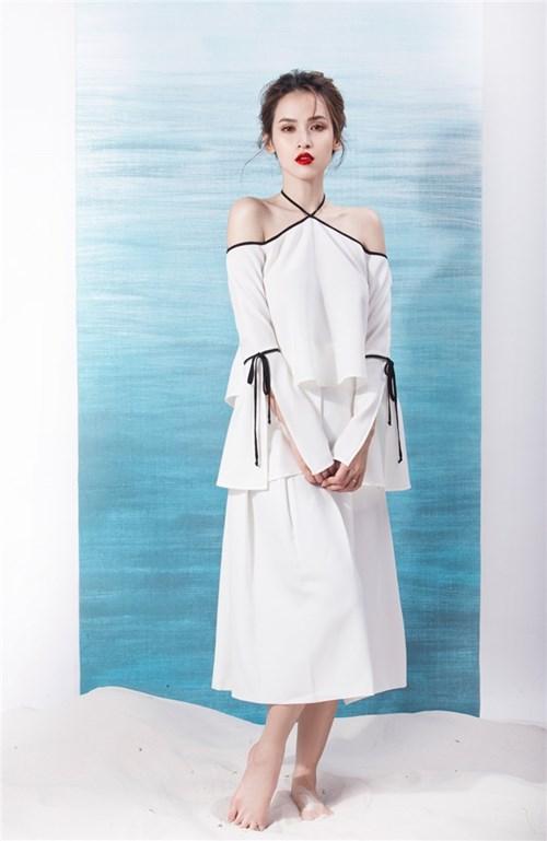 Tú vi mong manh với váy trắng tinh khôi