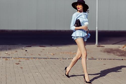 Á hậu lệ hằng khoe chân dài sexy không lo cháy nắng