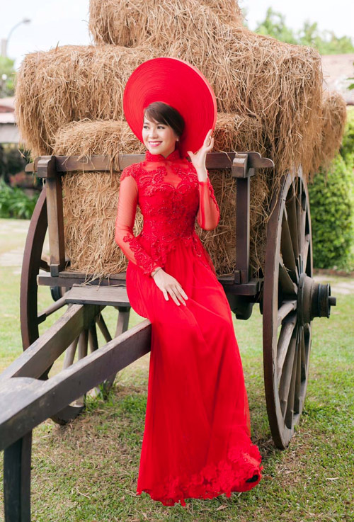 Áo dài cưới đỏ giúp cô dâu tỏa sáng sang trọng