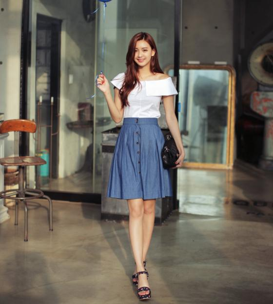Áo sơ mi nữ trễ vai quyến rũ hơn khi dạo phố