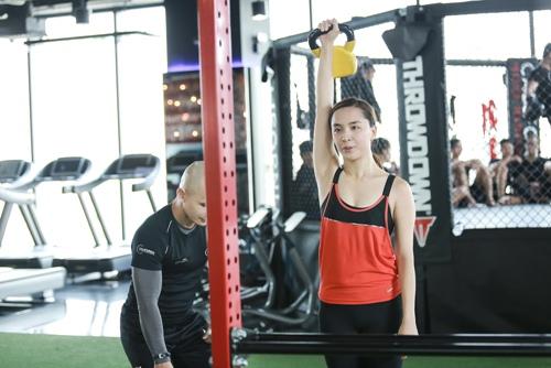 Đột nhập phòng gym xem á hậu thiên lý luyện tập