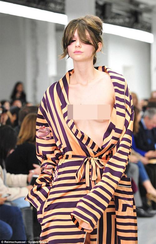 Mẫu nữ tự tin phanh áo khoe ngực trần trên sàn diễn