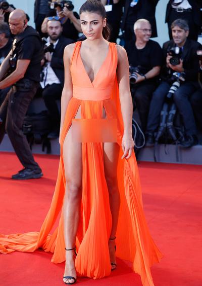 người mẫu với trang phục khoe thân nhạy cảm