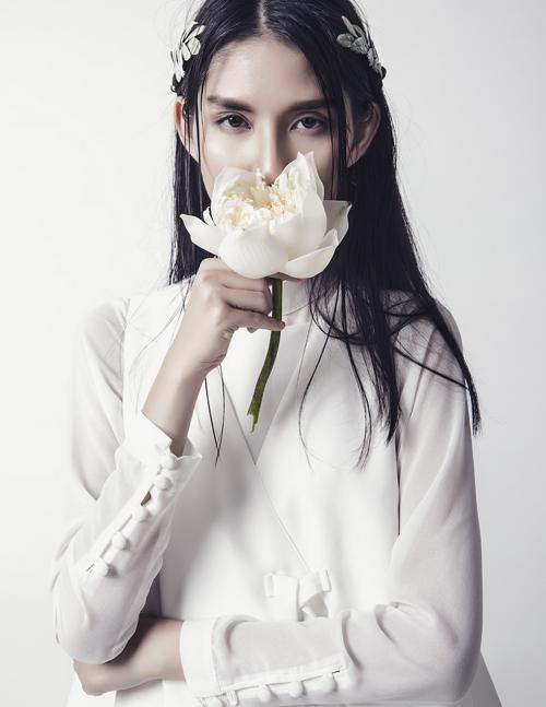 nữ hoàng lookbook thùy dương e ấp như cánh hoa trong gió
