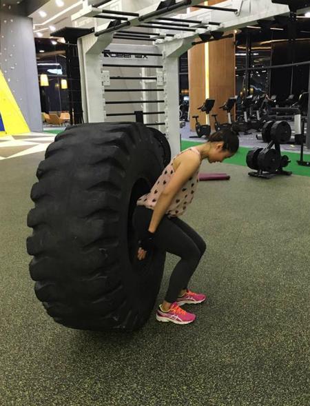 nữ huấn luyện viên nặng 62 kg có vòng eo con kiến