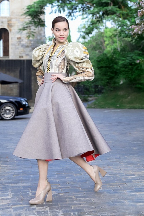 Hà hồ mải miết mặc đẹp với 1001 kiểu chân váy