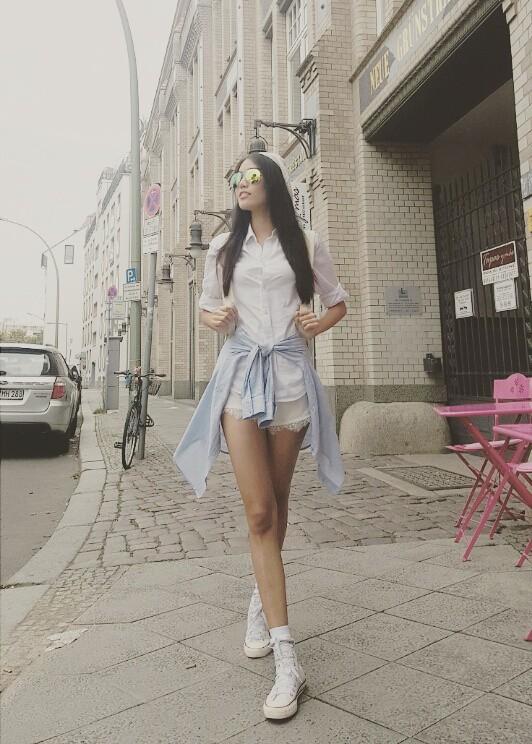 Ngắm vẻ đẹp sang chảnh khi dạo phố lan khuê