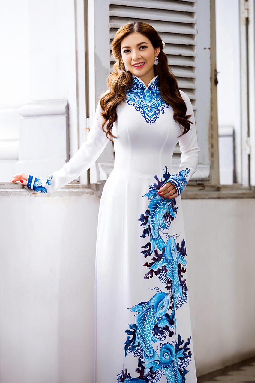 Phạm thanh thảo trẻ trung với áo dài trắng