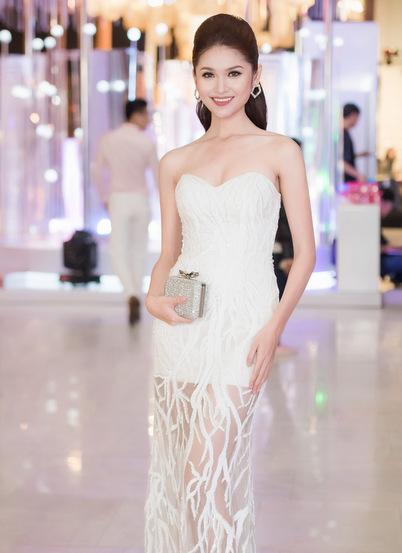 hoa hậu mỹ linh diện mốt corset thanh tú khoe nội y trên thảm đỏ