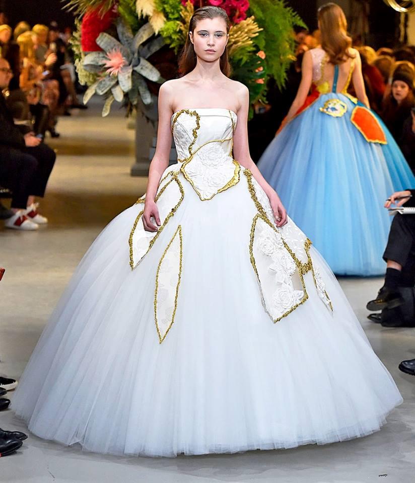 Những bộ váy cưới đẹp lộng lẫy trên sàn catwalk