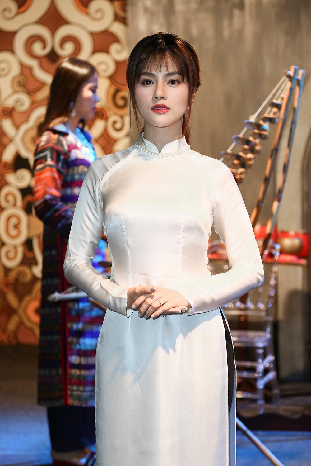 Vũ thu phương nền nã với áo dài