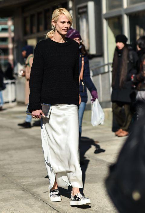 Bí quyết diện slip dress ngày lạnh của sao thế giới