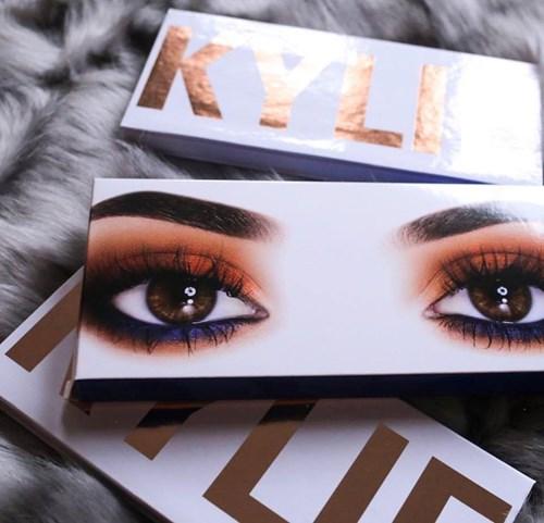 Kylie jenner khoe bảng màu mắt mới đẹp ngất ngây