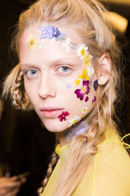 Xu hướng trang trí hoa trên mặt bùng nổ trên sàn diễn runway quốc tế