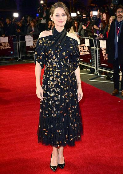 Marion cotillard giấu bụng bầu với váy màu tối