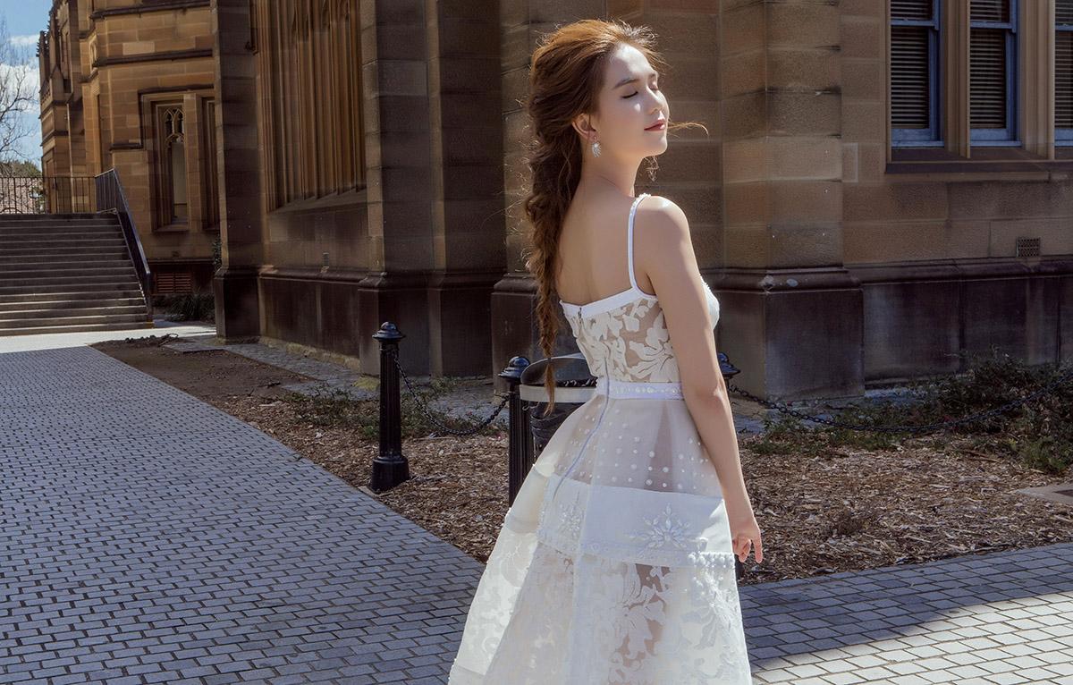 Ngọc trinh dạo phố sydney với đầm voan trắng