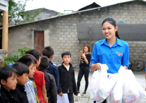 Á hậu thanh tú trẻ trung với áo xanh tình nguyện