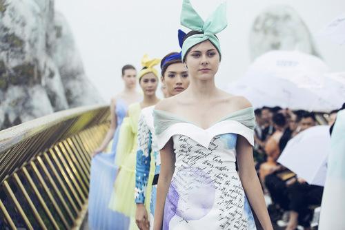 hoa hậu siêu mẫu catwalk trong mưa