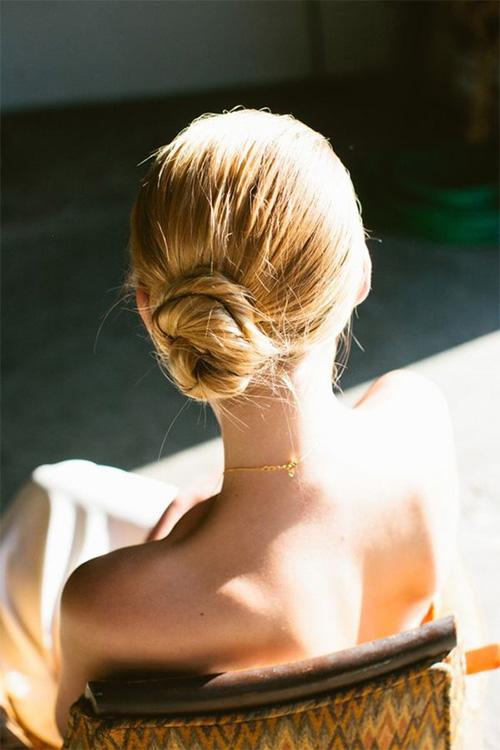 Những kiểu tóc búi thấp sang chảnh không hề già sến dành riêng cho mùa đông