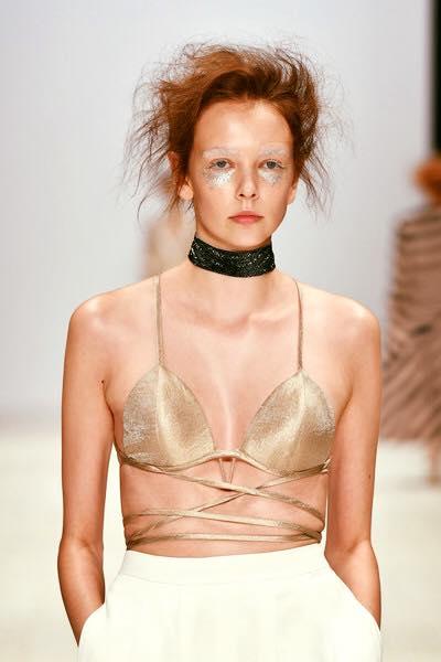 Sao việt khoe ngực mỏng dính với áo bra dây táo bạo