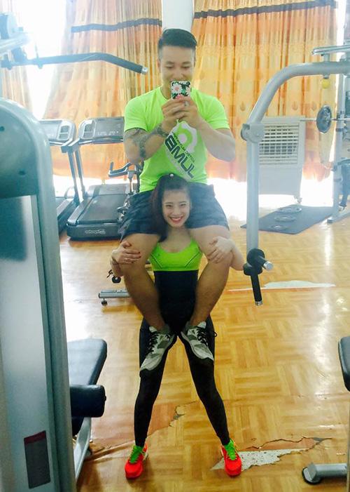 Cô nàng việt nghiện gym cõng chồng 74kg nhẹ như lông hồng