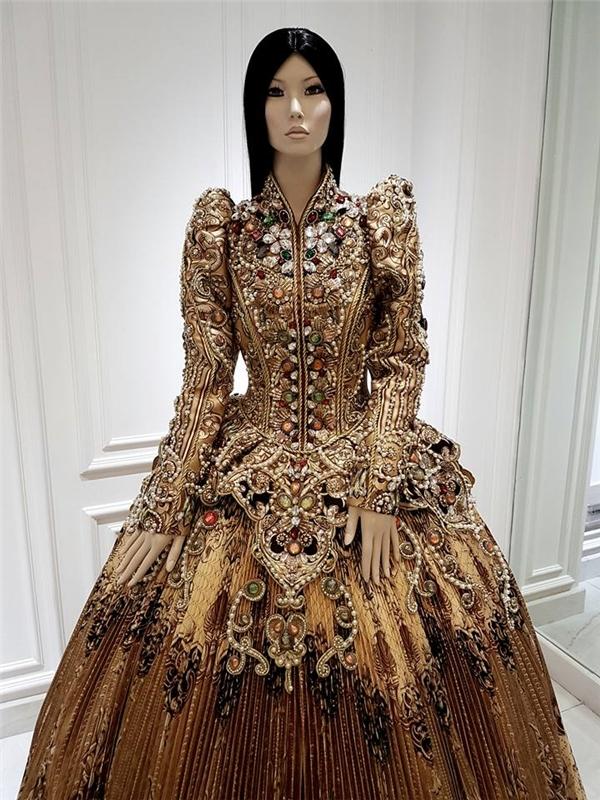 Không thể rời mắt với loạt váy áo của hồ ngọc hà
