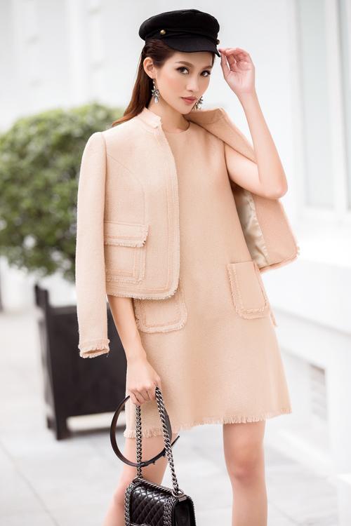 Cách mix váy và áo khoác đẹp cho nữ công sở