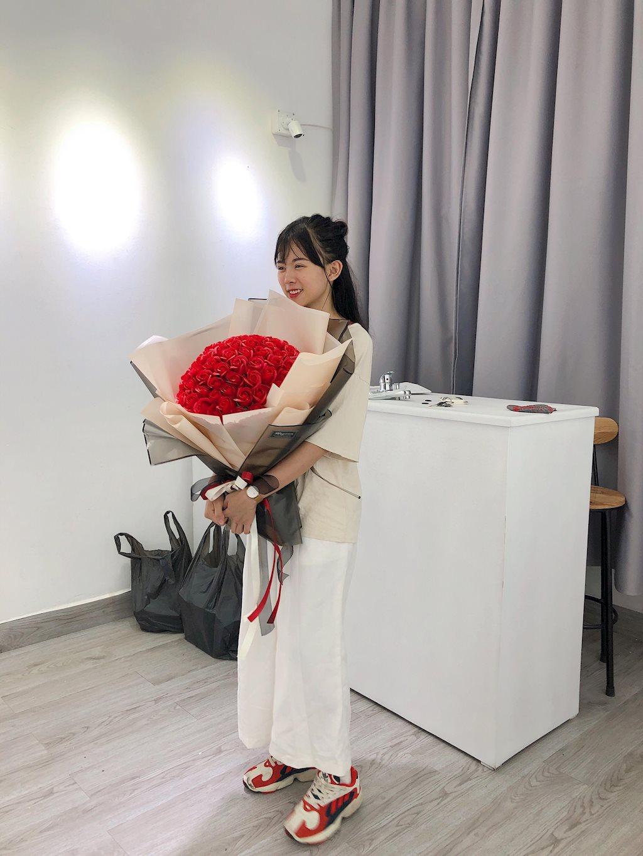 Cô gái bán hoa sáp xinh như quỳnh búp bê